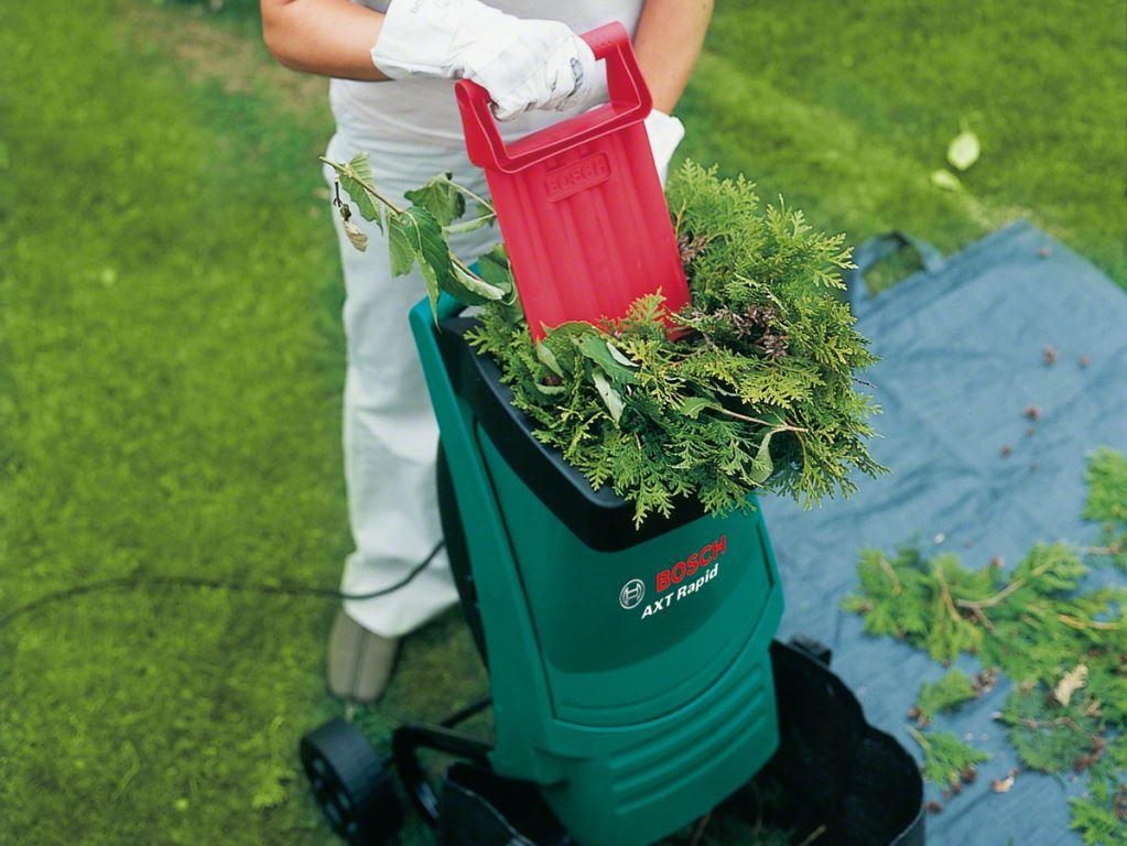 Работа садового измельчителя веток и трав