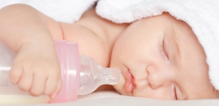 ребенок спит с бутылочкой
