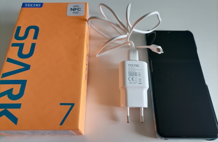 Зарядка и смартфон Tecno Spark 7
